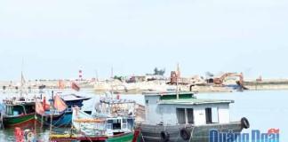 Công trường thi công vũng neo đậu tàu thuyền Lý Sơn vào đầu tháng 8.2016. Ảnh: N.T
