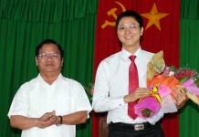 Ông Nguyễn Viết Vy (34 tuổi, phải), tân Bí thư huyện đảo Lý Sơn trong lễ nhậm chức sáng 23/9. Ảnh: Minh Hoàng.