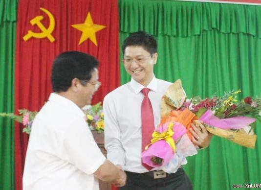 Ông Lê Viết Chữ, Bí thư Tỉnh ủy Quảng Ngãi chúc mừng ông Vy trên cương vị mới.
