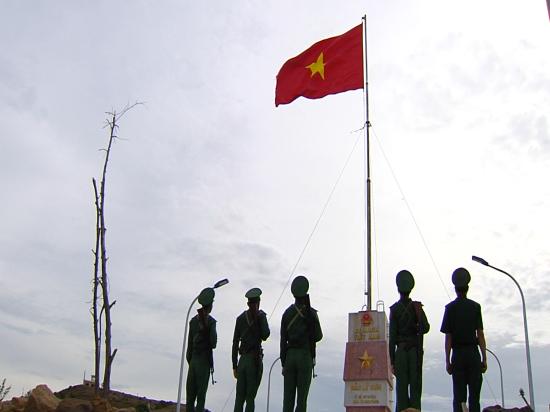 Trung ương Đoàn TNCS Hồ Chí Minh tặng cờ Tổ quốc cho ngư dân trẻ huyện đảo Lý Sơn. Ảnh: CTV