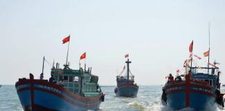Tàu của ngư dân Lý Sơn, Quảng Ngãi trực chỉ ngư trường Hoàng Sa lúc nào cũng phấp phới lá cờ Tổ quốc - Ảnh: TRẦN MAI