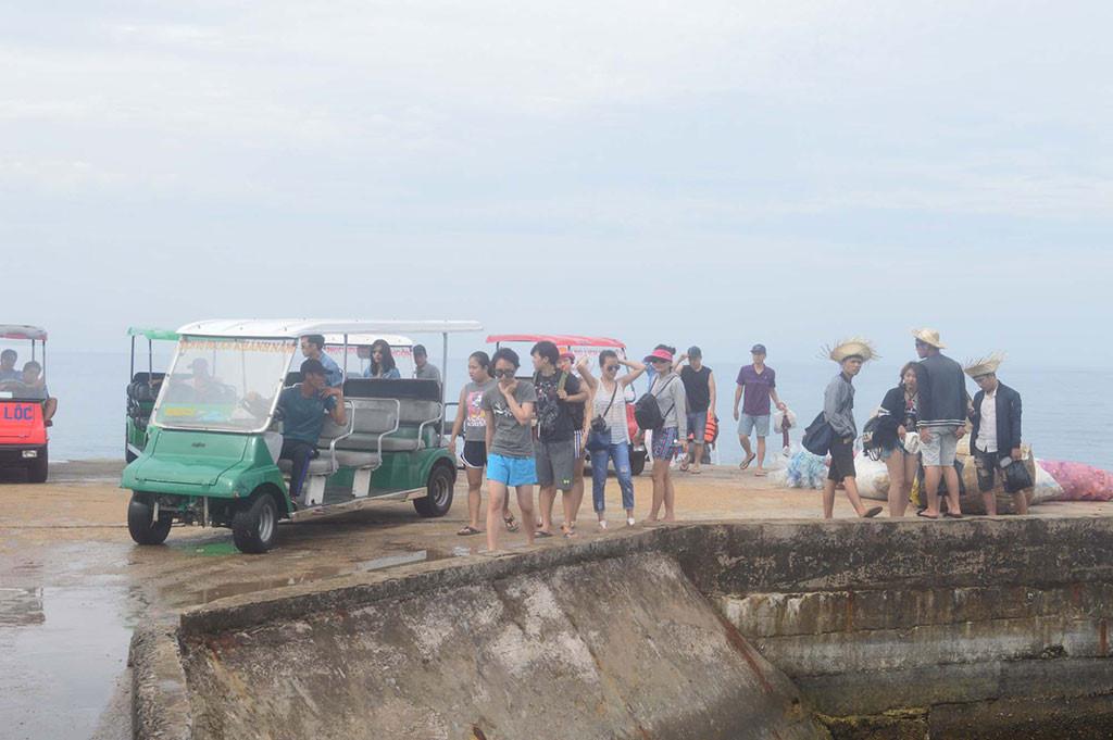 Du khách ra đảo Bé (Lý Sơn)
