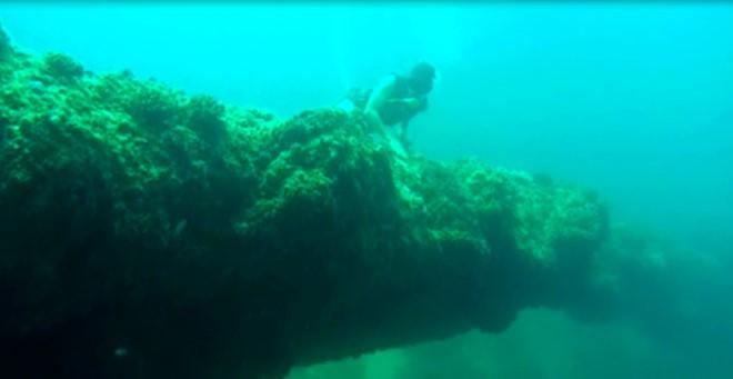Vòm đá dung nham núi lửa nằm cách mặt nước 6m ở vùng biển gần bờ ở đảo Bé Lý Sơn. Ảnh: A.Lam.