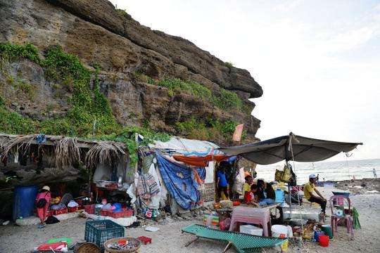 Bãi biển Hang Cau bị lấn chiếm buôn bán rất mất vệ sinh