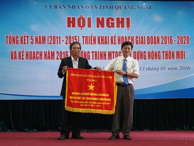 Trao Cờ thi đua của Chính phủ cho huyện Nghĩa Hành...