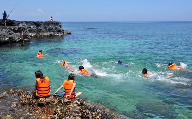 Du khách tắm biển ở xã đảo An Bình (đảo Bé), huyện đảo Lý Sơn. Ảnh: Minh Hoàng.