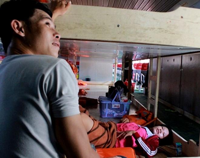 Một sản phụ ở huyện đảo Lý Sơn đẻ con ở tàu cao tốc trên hành trình từ huyện đảo vào đất liền sinh nở vào tháng 10/2014. Ảnh: Minh Hoàng.