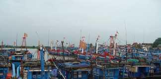 Tàu thuyền về núp gió lớn trên sông Tân Mỹ, xã Nghĩa An, TP Quảng Ngãi. Ảnh: V.QUÝ