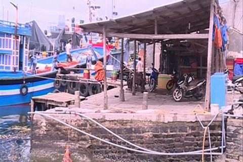 Nhiều hộ dân tự ý cơi nới cơ sở, lấn chiếm dòng sông Kênh Giang