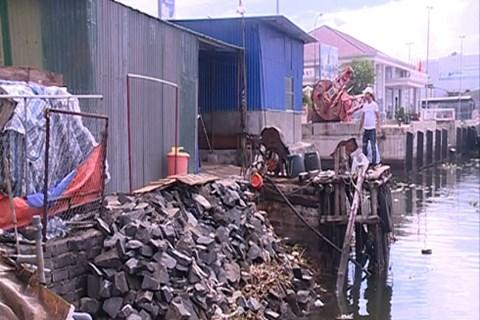 Đá do một số hộ dân lén lút đổ để lấn sông Kênh Giang