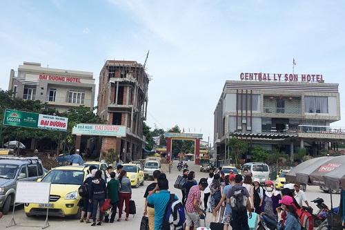Một số nhà nghỉ và khách sạn được xây dựng tại cảng An Vĩnh, huyện Lý Sơn.