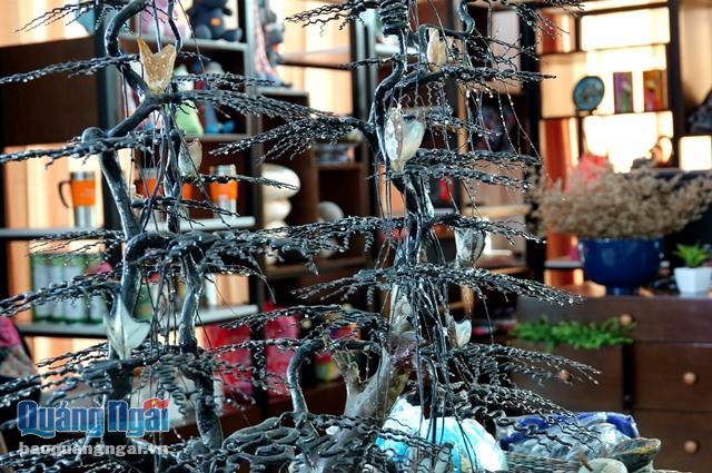 San hô đen tạo dáng bonsai được bày bán công khai tại một khách sạn ở Lý Sơn