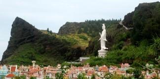 Mộ được xây dày đặc bên dưới thắng cảnh chùa Đục - một trong những địa danh nổi tiếng ở huyện đảo Lý Sơn. Ảnh: Minh Hoàng.