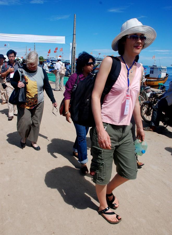 Du khách quốc tế đến tham quan huyện đảo Lý Sơn.