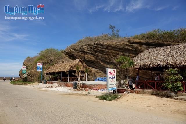 Thắng cảnh hang Cò (Lý Sơn) được chính quyền xã cấp phép cho người dân xây dựng hàng quán lấn chiếm gây mất mỹ quan.