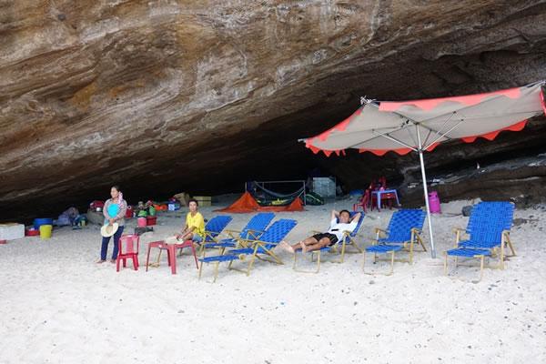Người dân tự ý dựng lều, kinh doanh buôn bán tại khu danh thắng Hang Câu.