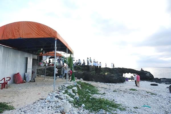 Rất đông du khách đến tham quan, chiêm ngưỡng điểm di tích Cổng Tò Vò.