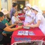 Chị em phụ nữ Lý Sơn khám sức khỏe tại Trung tâm y tế Quân Dân y kết hợp huyện.