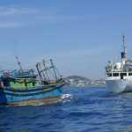 Một tàu cá Quảng Ngãi bị nạn được tàu Hải quân lai dắt