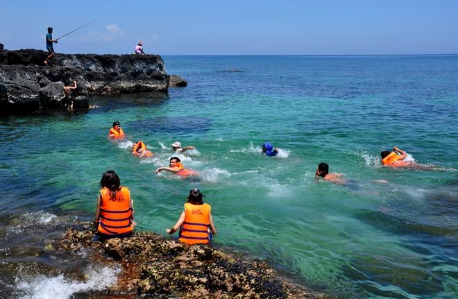 Khách du lịch trong nước, quốc tế vui chơi, tắm biển ở đảo Bé (huyện đảo Lý Sơn). Ảnh: M.Hoàng.