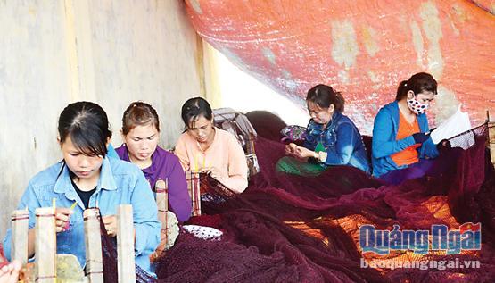 Mùa mưa, nhiều phụ nữ ở Lý Sơn kiếm thêm thu nhập nhờ nghề may lưới thuê.