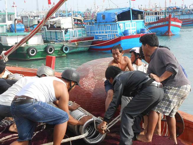 Ngư dân Lý Sơn sửa chữa tàu cá chuẩn bị mùa đánh bắt cuối năm.