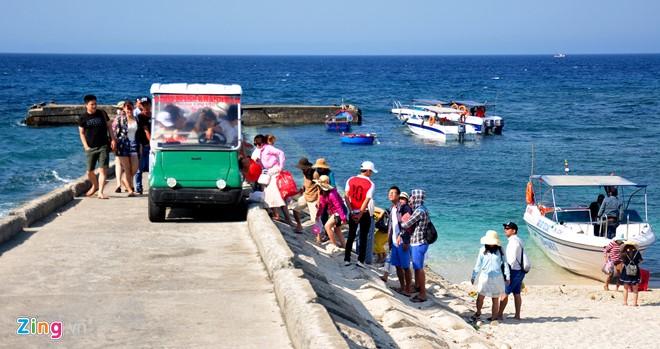 Du khách tham quan xã đảo An Bình (đảo Bé).