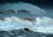 Chiều 30/11, vùng biển Quảng Ngãi xuất hiện gió to, sóng lớn cao từ 2 đến 3 m. Ảnh: Minh Hoàng.