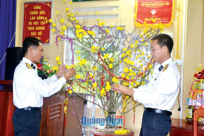 Cán bộ, chiến sĩ trạm Ra da 550 trang trí hoa mai đón xuân tại đơn vị.