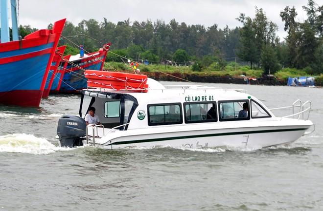 Ca nô mang tên Cù Lao Ré 01 của gia đình anh Ngộ được hạ thủy ở cảng Sa Kỳ chiều 24/1. Ảnh: Minh Hoàng.