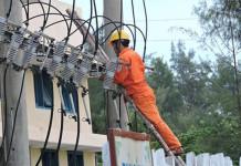 Công nhân chi nhánh điện Lý Sơn kiểm tra các trạm biến áp trên đảo. (Ảnh: TTXVN)