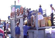 Tấp nập chuyển hàng Tết lên tàu đưa ra đảo Lý Sơn.