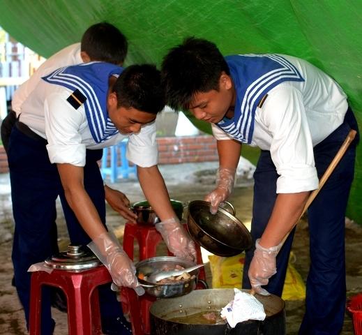 Lính rađa 550 chuẩn bị những món ăn trong mâm cơm tất niên