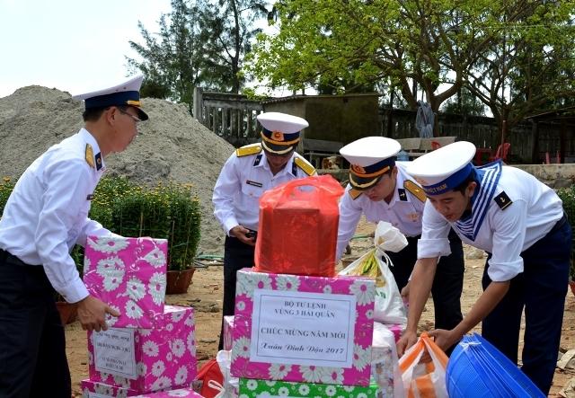 Những món quà Tết của Bộ Tư lệnh Vùng 3 Hải Quân gửi đến cán bộ, chiến sĩ Trạm rađa 550