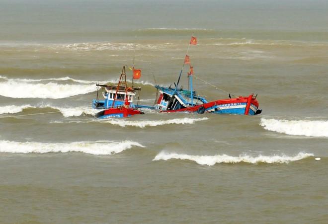 Ảnh hưởng đợt không khí lạnh, nhiều ngư dân miền Trung gặp nạn trên biển.