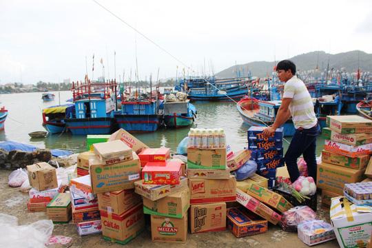 Ngư dân Khánh Hòa chuẩn bị lương thực cho chuyến ra khơi trong Tết