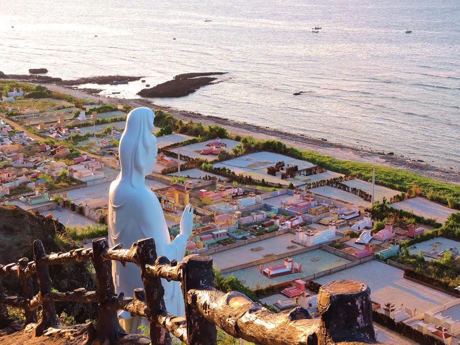 Với nhiều di tích và danh thắng đẹp Lý Sơn đang là điểm đến của khách du lịch.