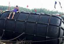Đệm phao cao su trôi dạt trên biển được các ngư dân Tịnh Kỳ (TP Quảng Ngãi) đưa về đất liền. Ảnh: H.Nghia.
