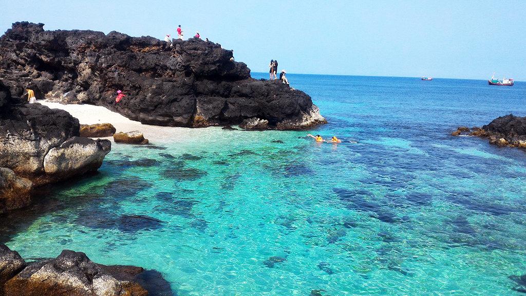 Đảo Bé (Lý Sơn) được tạo nên từ những đợt phun trào núi lửa triệu năm với những bãi tắm tuyệt đẹp - Ảnh: Trần Mai