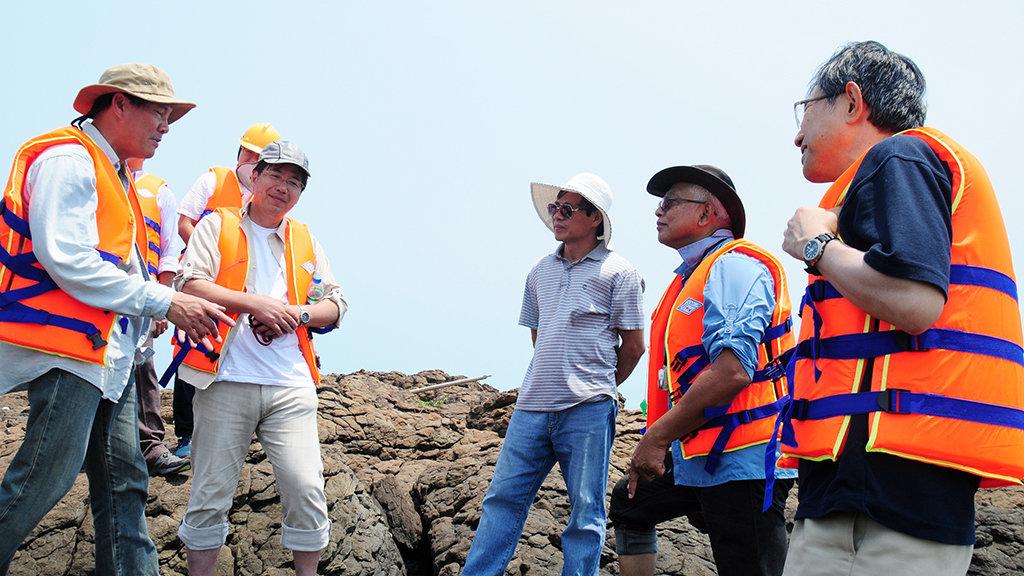 GS.TS Koomo (thứ hai từ phải qua) cùng đoàn chuyên gia UNESCO khảo sát địa chất Bình Châu - Lý Sơn - Ảnh: Trần Mai
