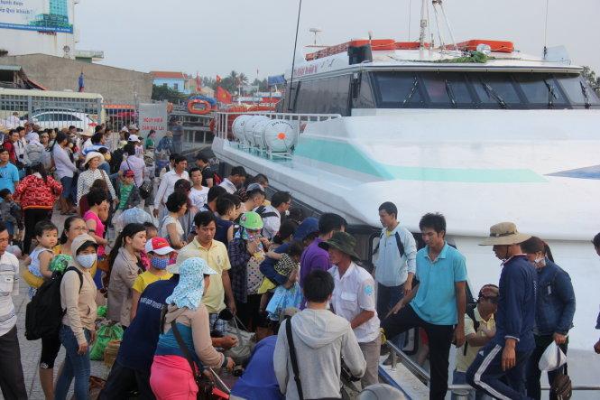 Trong ba ngày mùng hai, mùng ba và mùng bốn tết Đinh Dậu đảo Lý Sơn (Quảng Ngãi) chào đón hơn 4.000 lượt khách ra đảo du xuân.