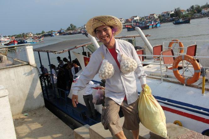 Du khách nở nụ cười hài lòng sau khi kết thúc đợt du xuân Lý Sơn - Ảnh: Trần Mai
