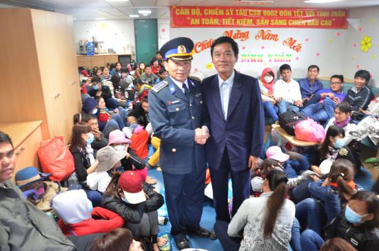 Ông Đỗ Tiến Đạt, Phó Giám đốc Sở GTVT Quảng Ngãi trên tàu Cảnh sát Biển 8002 cùng lãnh đạo Bộ Tư lệnh Vùng 2 Cảnh sát Biển đưa bà con ra đảo Lý Sơn ăn Tết 2016.