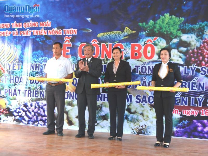 Ông Dương Văn Tô- Giám đốc Sở NN - PTNT trao bản đồ quy hoạch Khu bảo tồn biển Lý Sơn cho lãnh đạo huyện Lý Sơn và các xã.