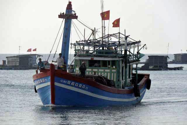 Tàu cá của ngư dân Lý Sơn vươn khơi mở cửa biển đầu năm.