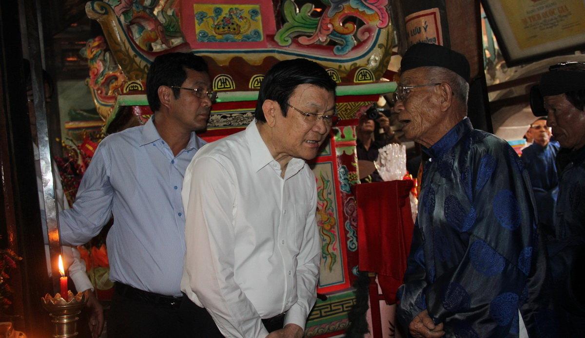 Cụ Đạt (phải) kể câu chuyện trăm năm cho nguyên chủ tịch nước Trương Tấn Sang nghe