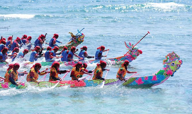 Đua thuyền ở Lý Sơn. Ảnh: Ngô Công