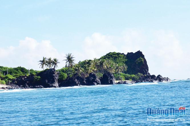 Đá núi lửa với màu nâu trầm mặc tạo nên vẻ đẹp hoang sơ cho đảo Bé. ẢNH: PHẠM LINH