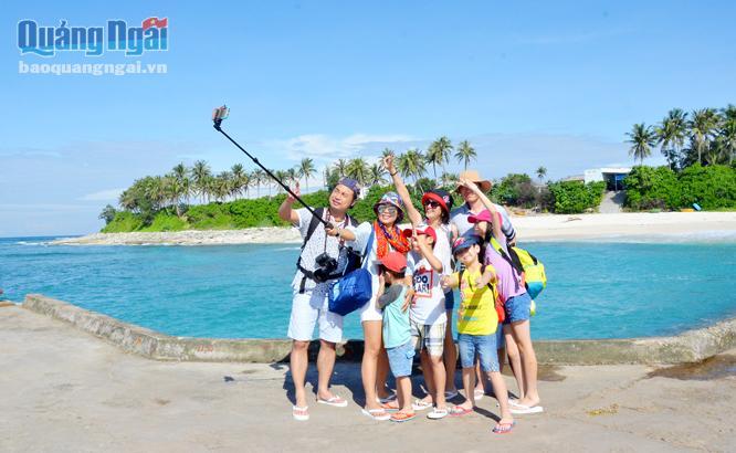 Du khách chụp ảnh ở cầu cảng đảo Bé. ẢNH: PHẠM LINH
