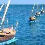 Mô hình thuyền câu thả xuống biển để tri ân, tưởng nhớ đội hùng binh trong Lễ khao lề, thế lính Hoàng Sa ở Lý Sơn.
